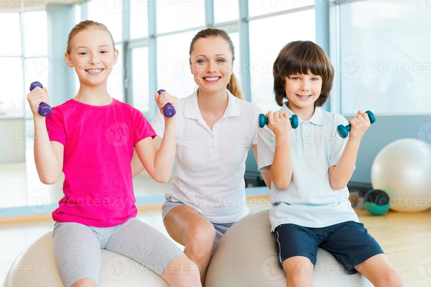 instrutor com crianças. foto