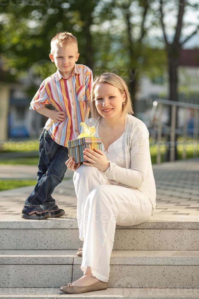 lindo menino e mãe no parque primavera foto