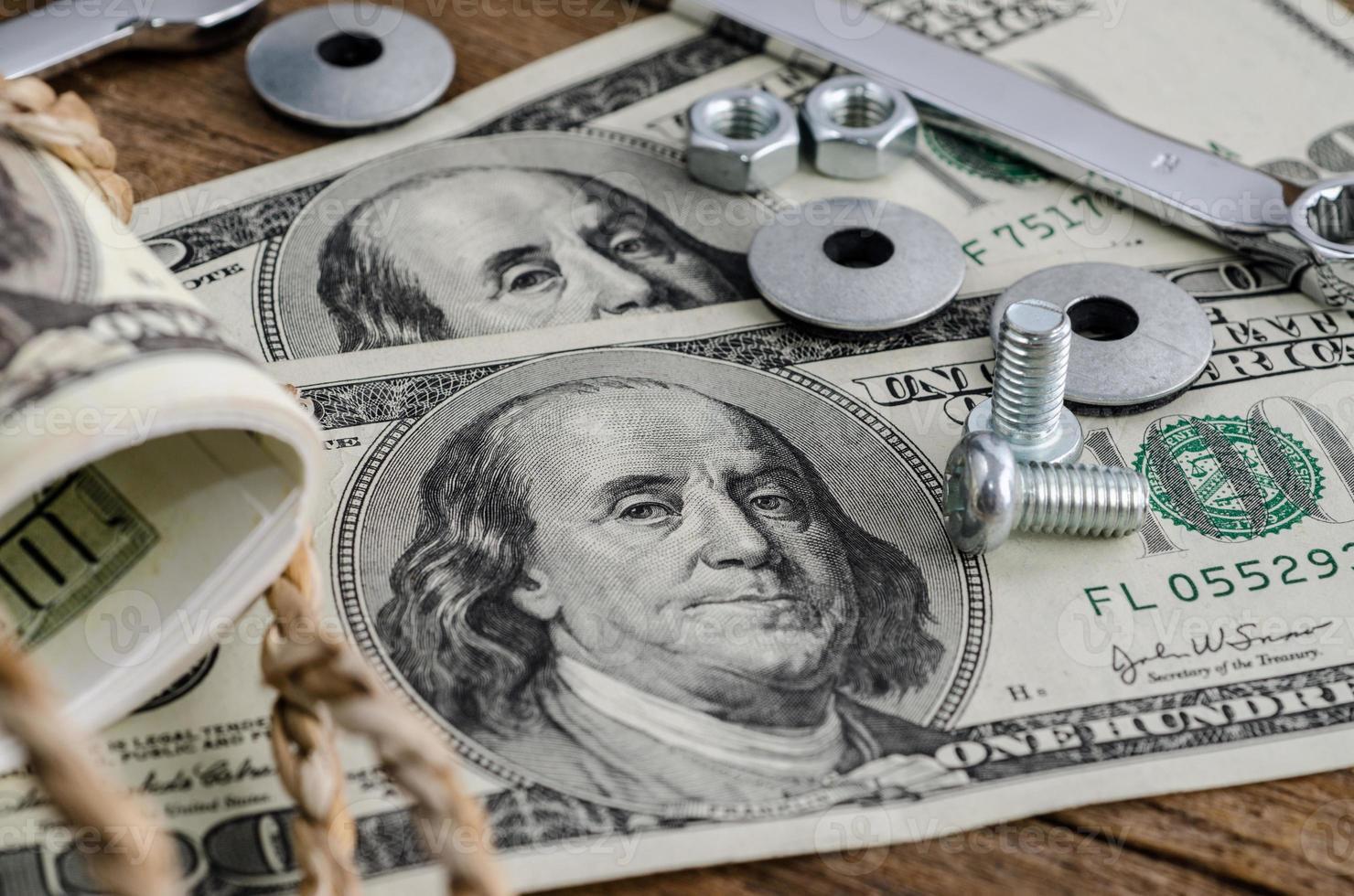 close-up, parafusos, porcas e dinheiro foto