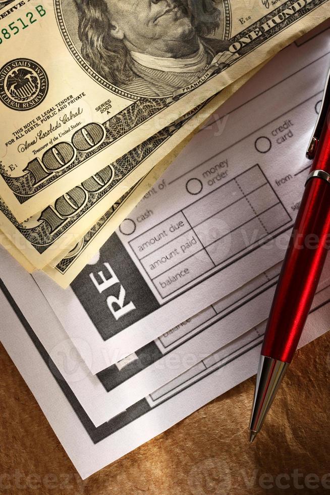 recibo em branco, dinheiro e caneta vermelha foto