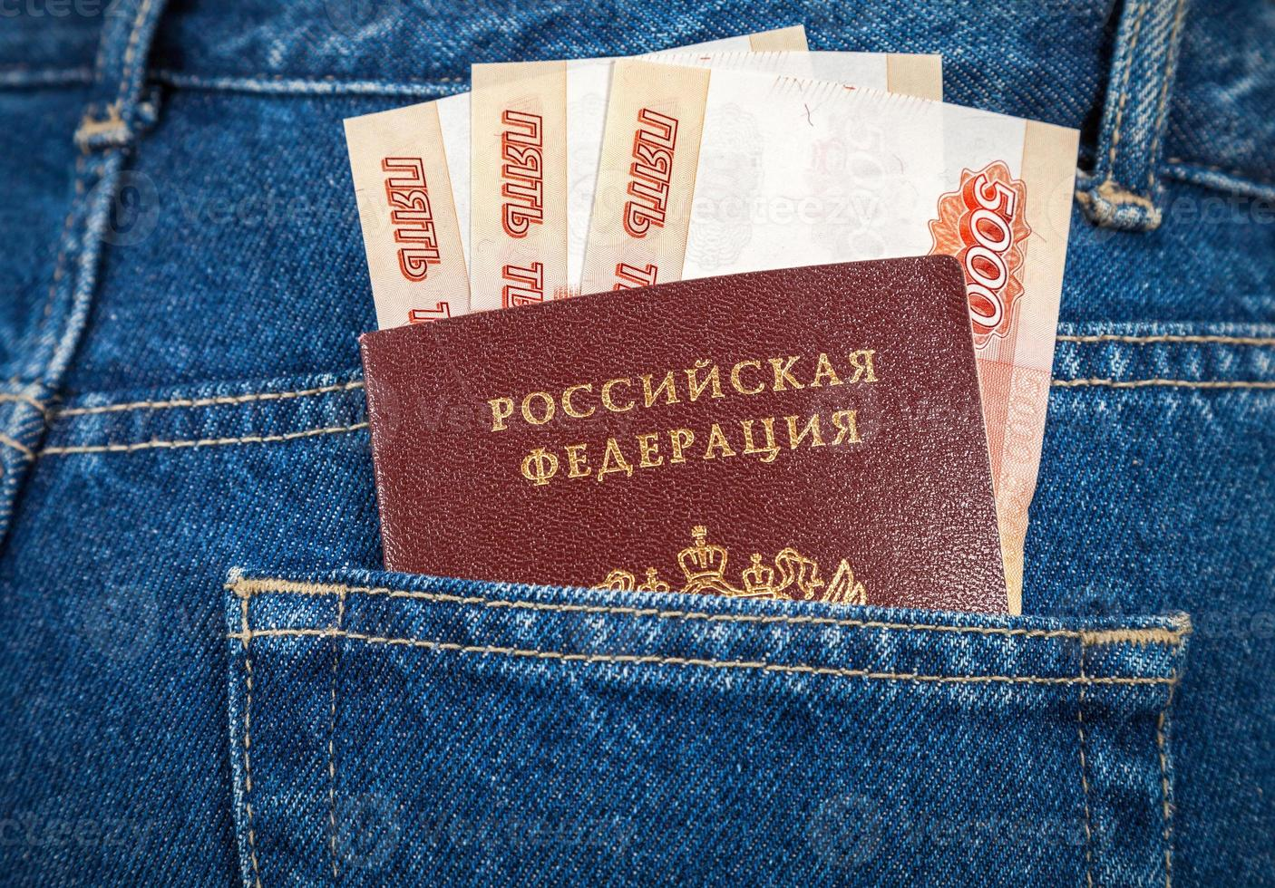 notas de rublo russo e passaporte no bolso de trás da calça jeans foto