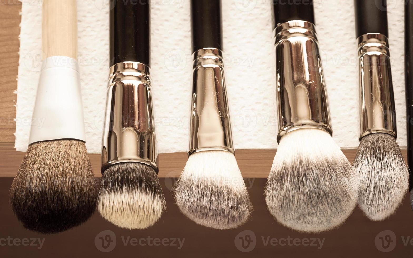 processo de limpeza de pincéis de maquiagem de secagem foto