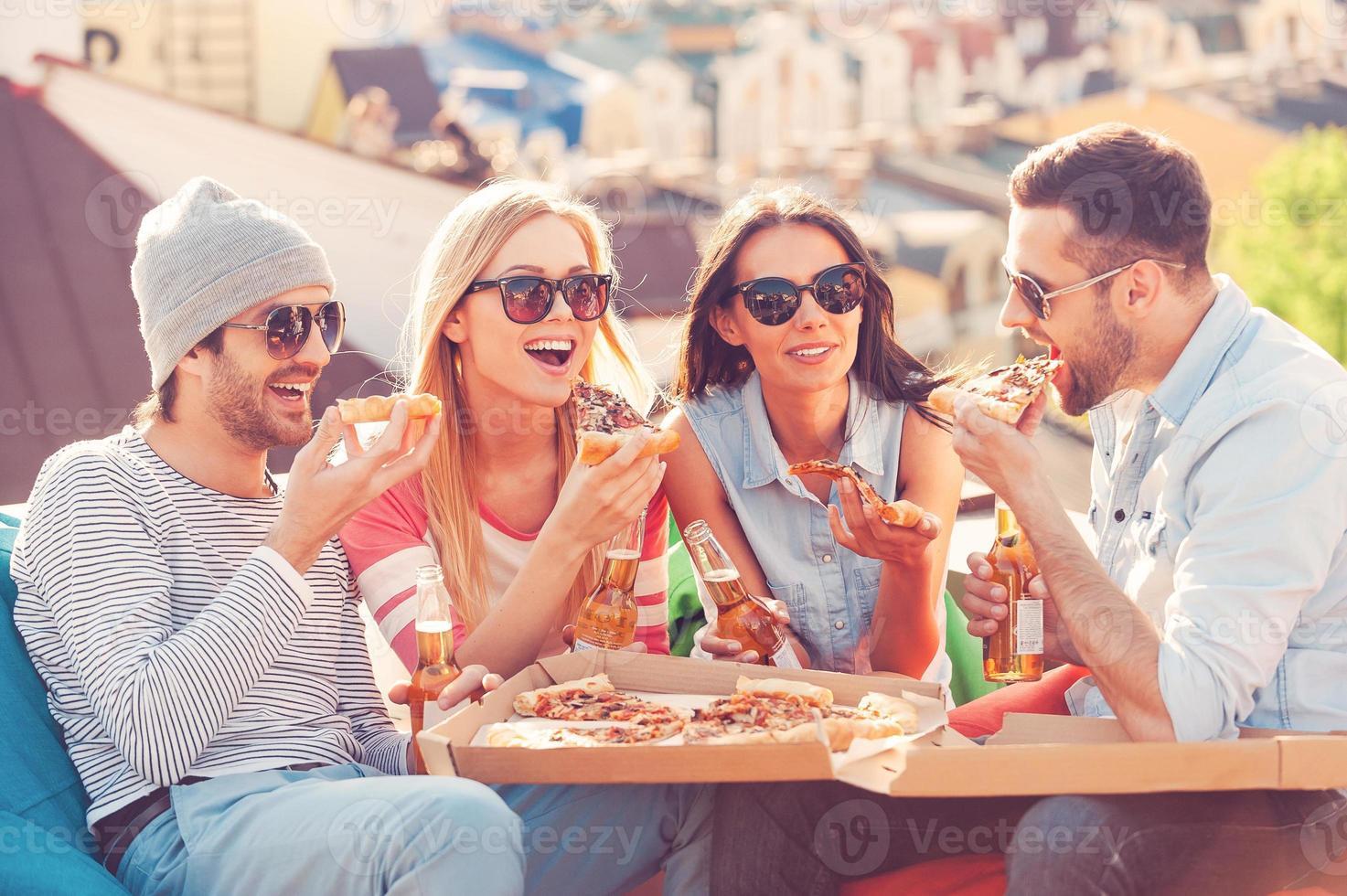 amigos e pizza. foto