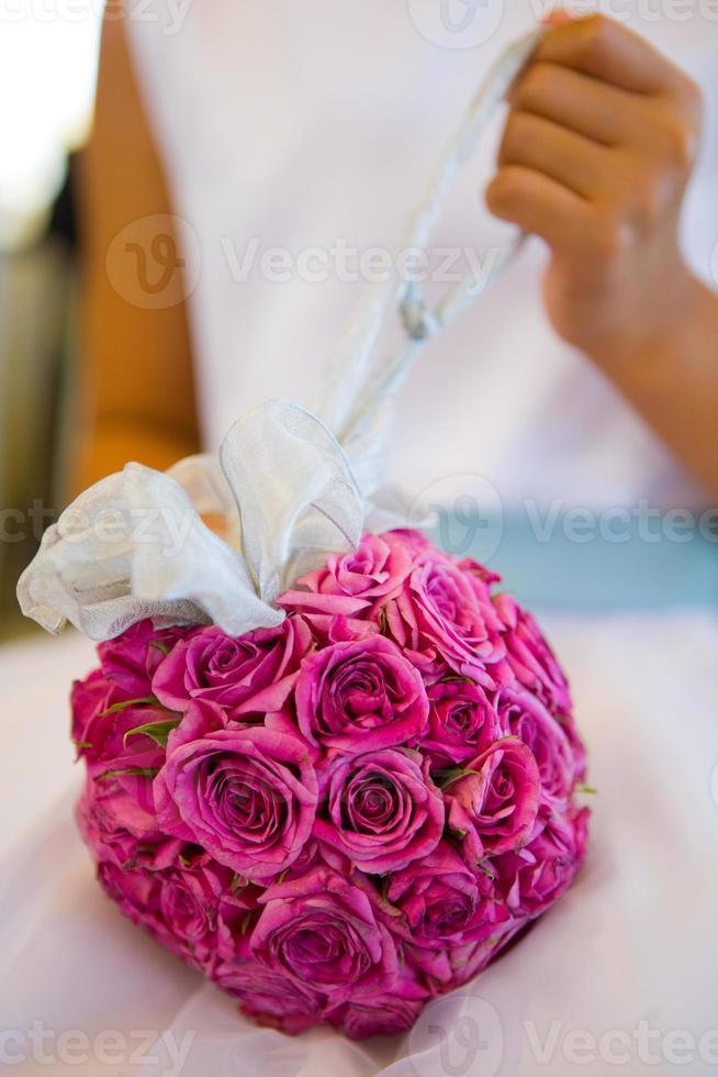 buquê de rosa cor de rosa com a mão da menina foto