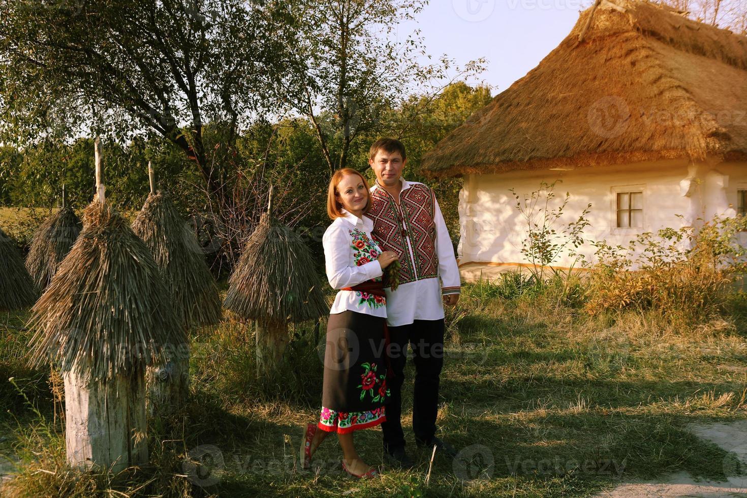 casal lindo feliz no fundo da casa tradicional ucraniana foto