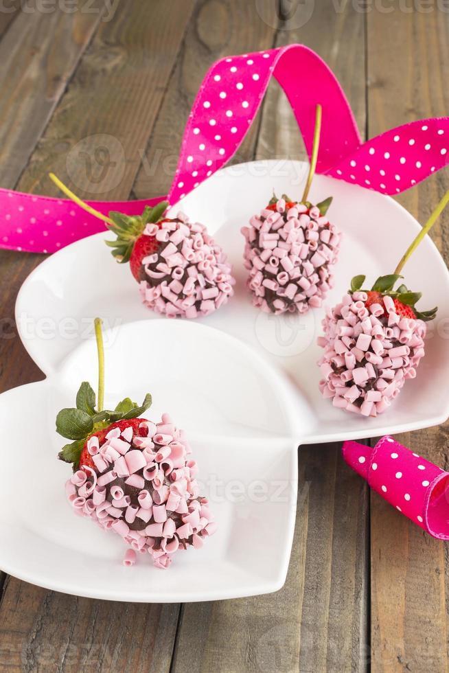 morangos de chocolate rosa foto