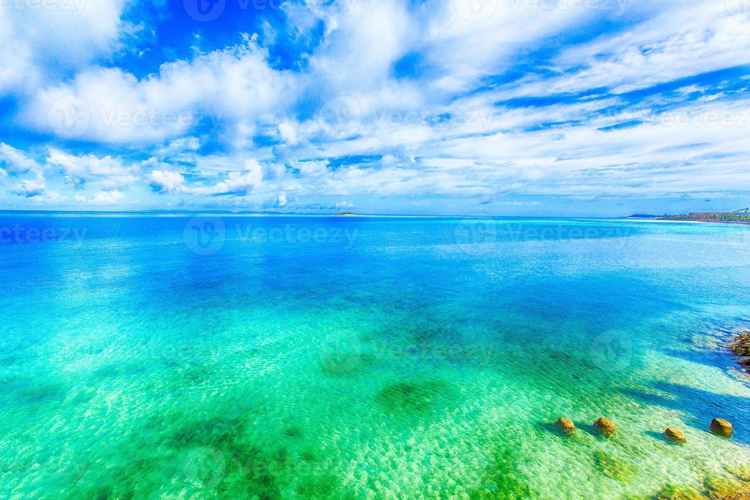 belas paisagens de brilhar céu azul e oceano em okinawa foto