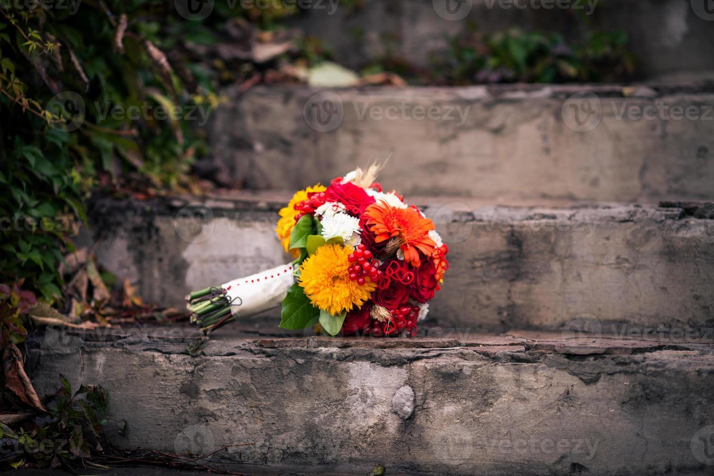 ramo de outono brilhante de flores nas escadas de pedra foto