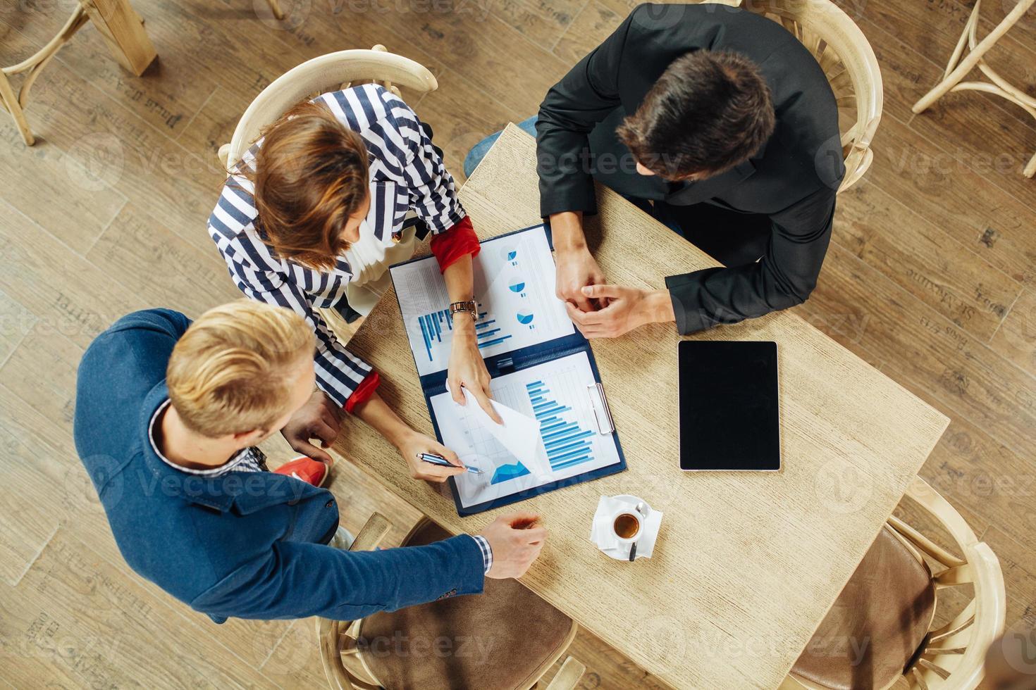 pequeno grupo de empresários em uma reunião foto