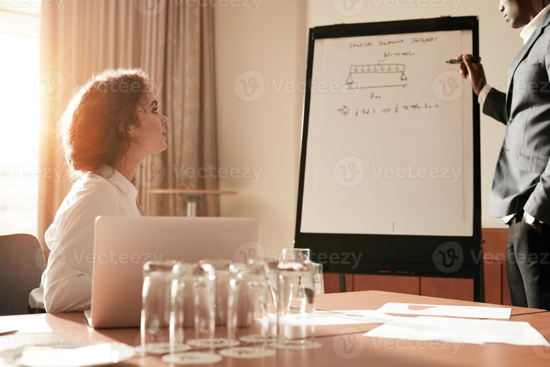 empresários, tendo uma apresentação na sala de conferências foto