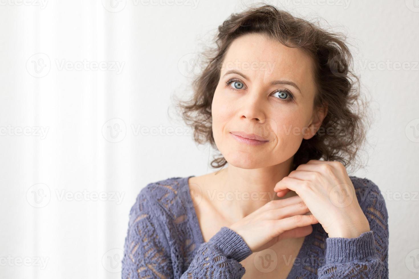 mulher romântica, olhando para a câmera com sorriso foto