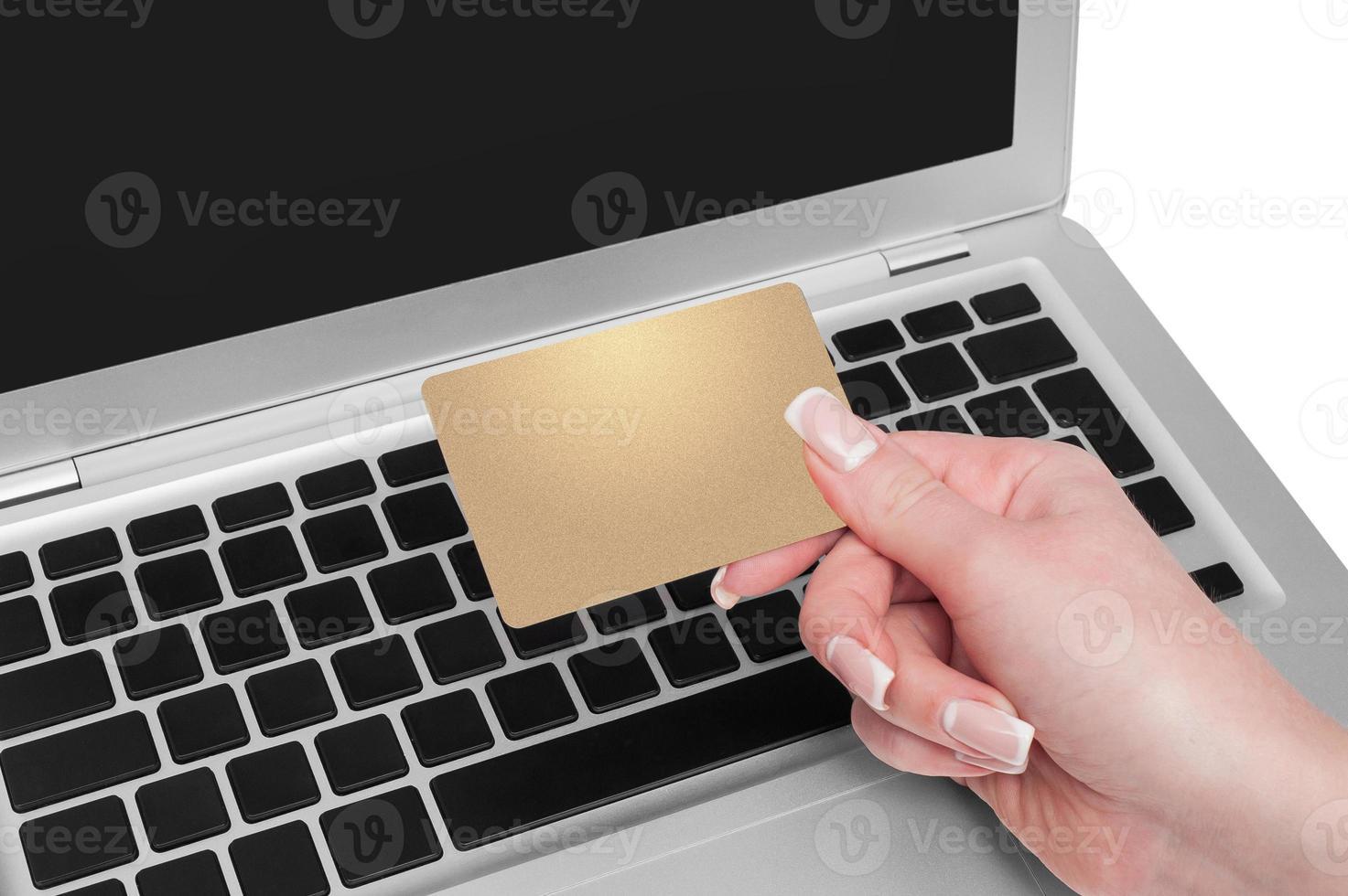 mulher segurando o cartão de crédito dourado na mão foto