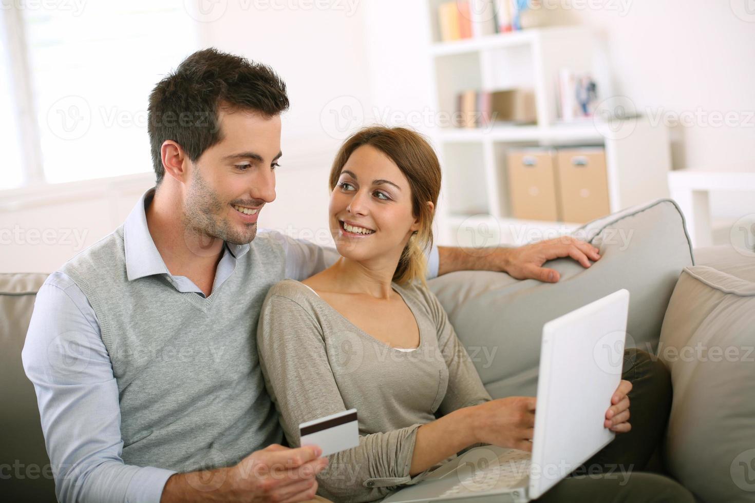 casal de compras on-line com cartão de crédito foto