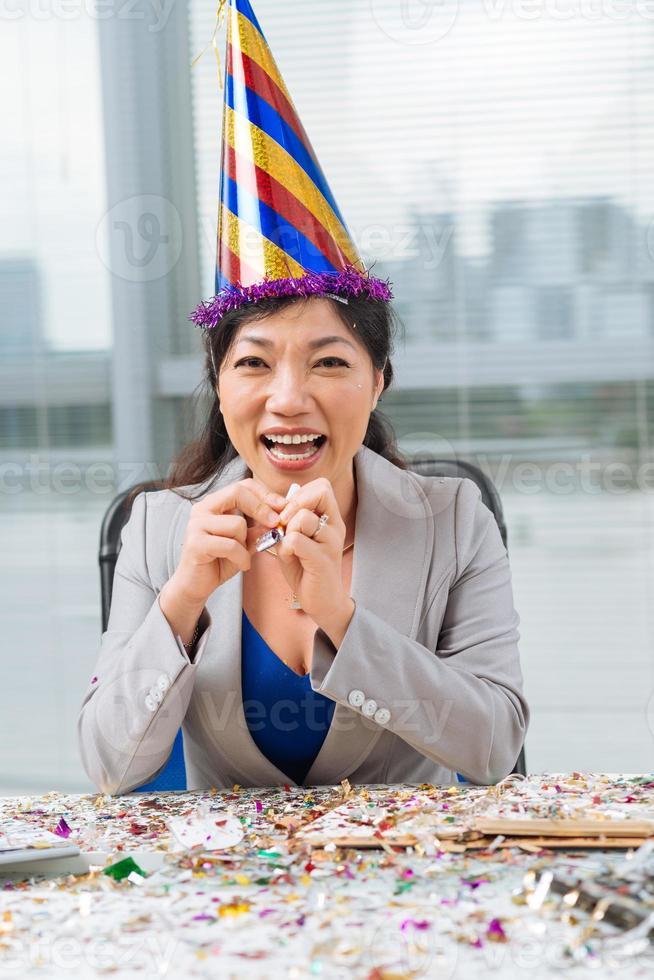 mulher de negócios com um chapéu de festa foto