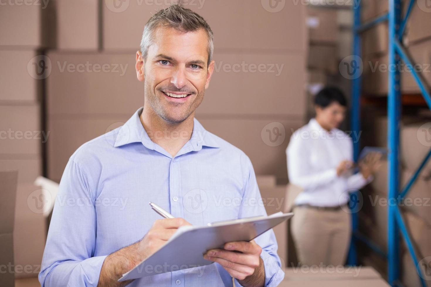 gerente de armazém, escrevendo na área de transferência foto