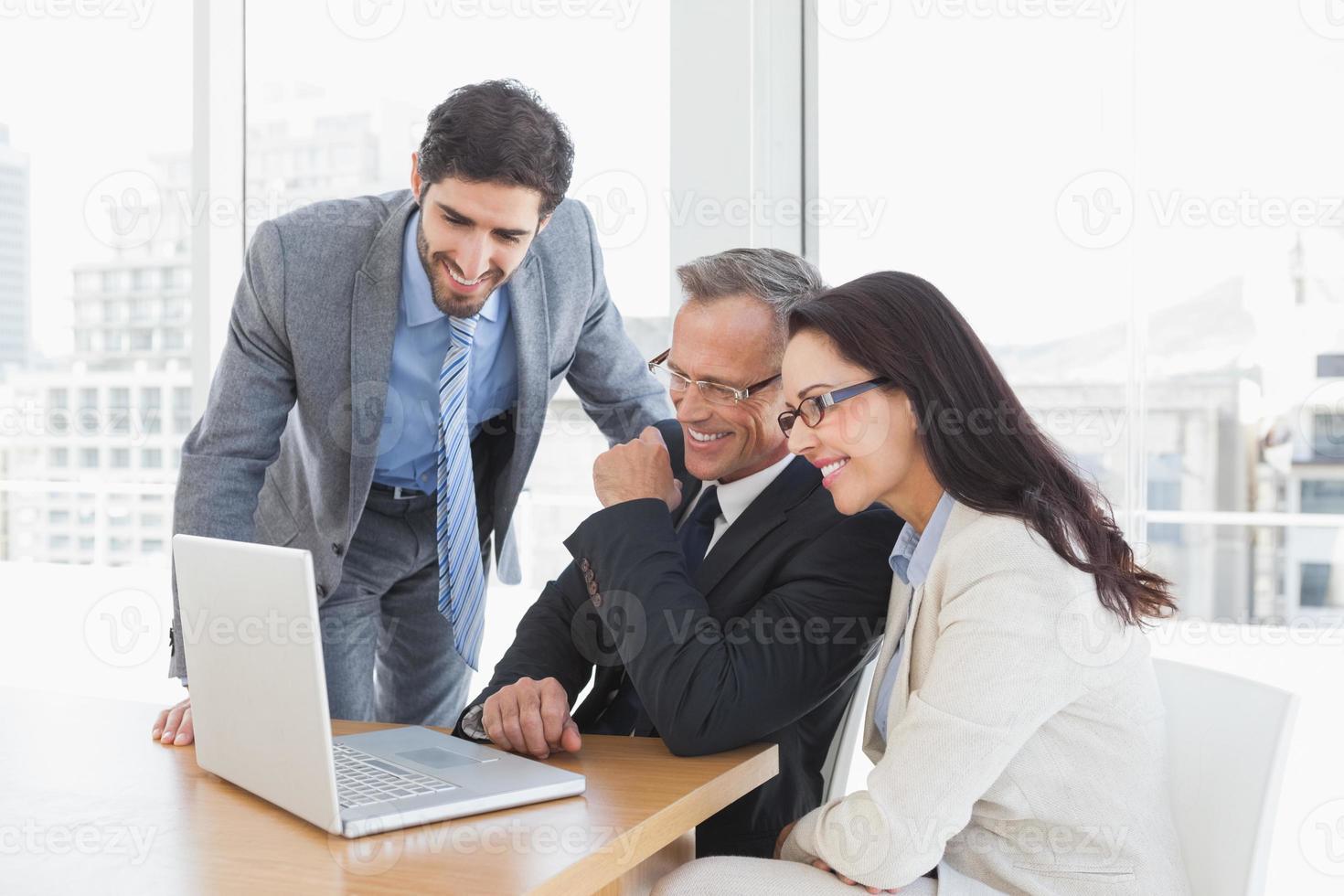 equipe sorridente, desfrutando de um vídeo foto