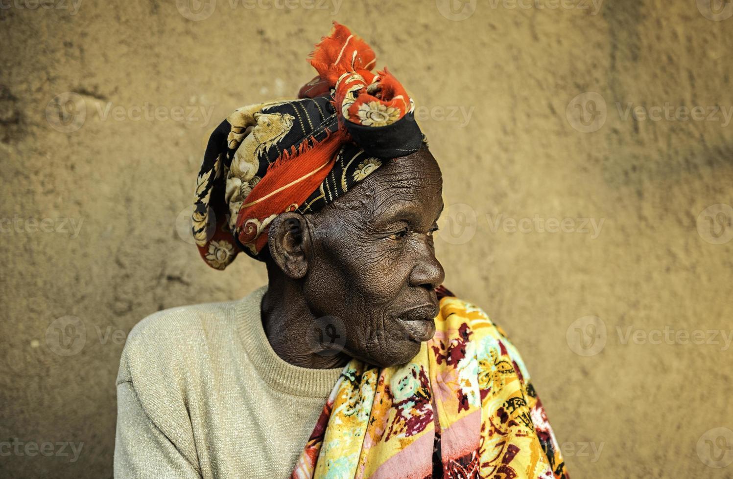 mulher africana esperando. foto