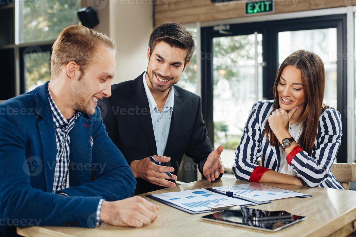 pequeno grupo de jovens em uma reunião de negócios foto