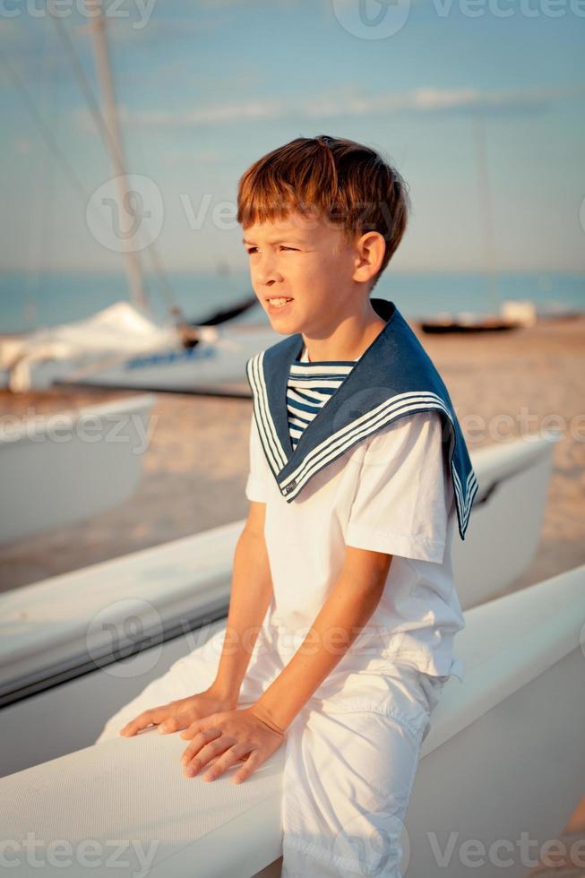 retrato de jovem marinheiro perto de iate foto