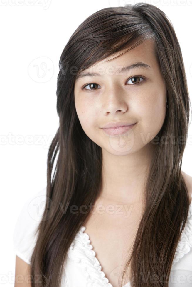 pessoas reais: cabeça e ombros sorrindo adolescente asiática foto