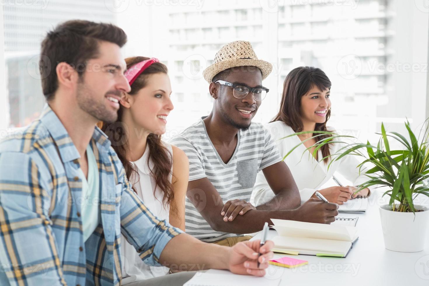 sorrindo, trabalho em equipe, sentado e anotando foto