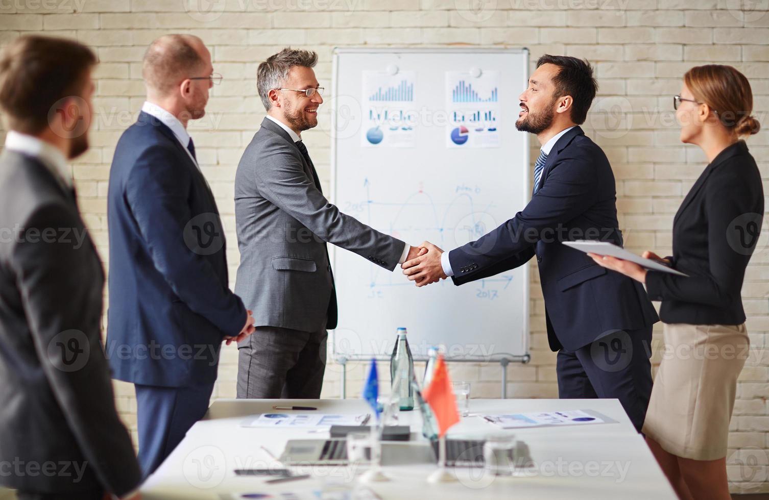 handshaking de negócios foto