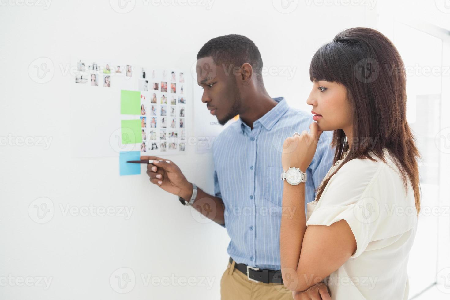 trabalho em equipe pensativo olhando para notas autoadesivas foto