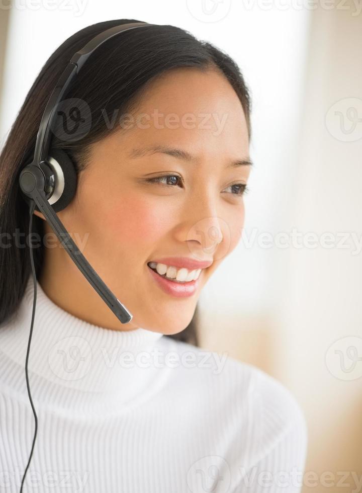 representante de serviço ao cliente feliz olhando para longe foto