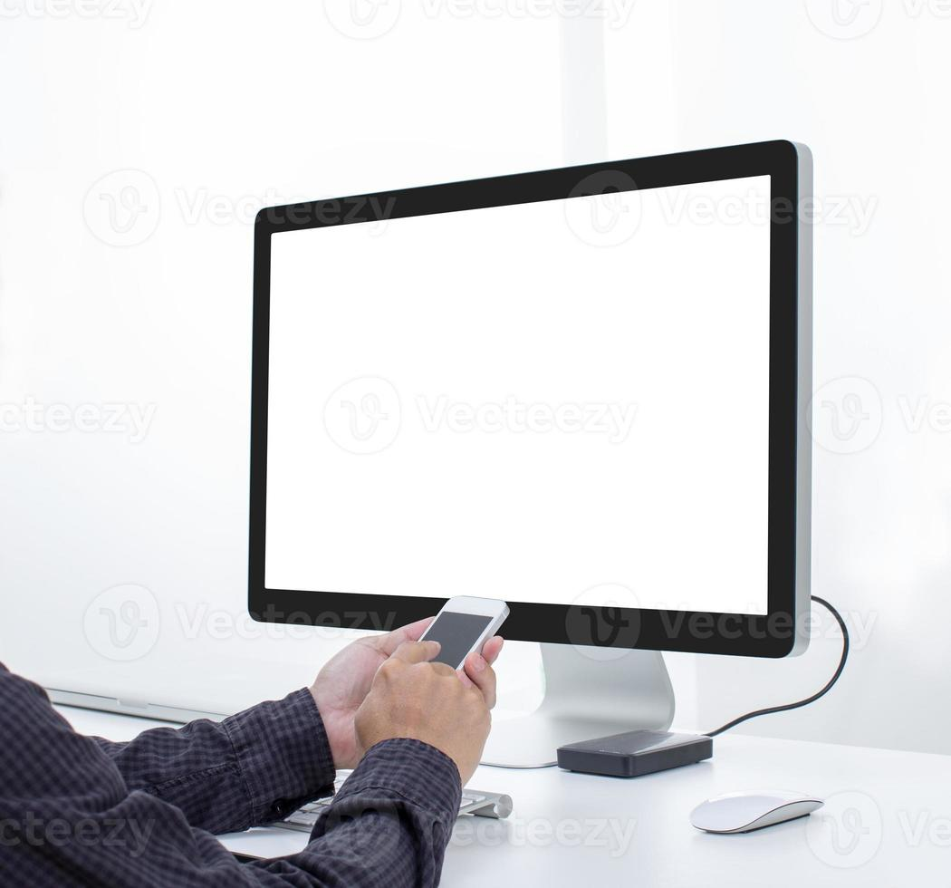 mãos usam smartphone com fundo de computador foto