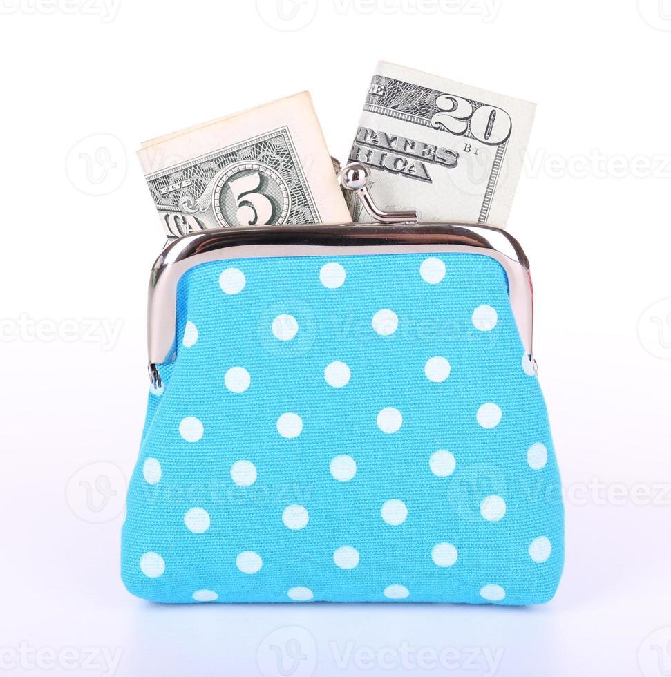 bolsa azul com dinheiro isolado no branco foto