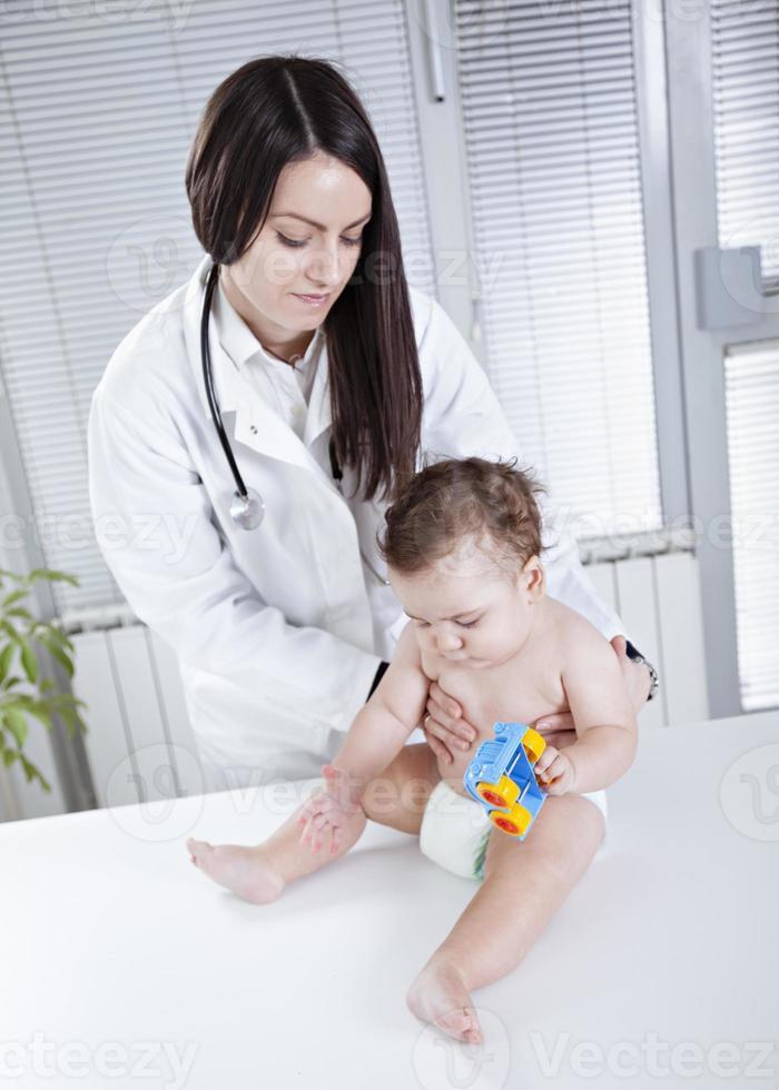 bebê e médico foto