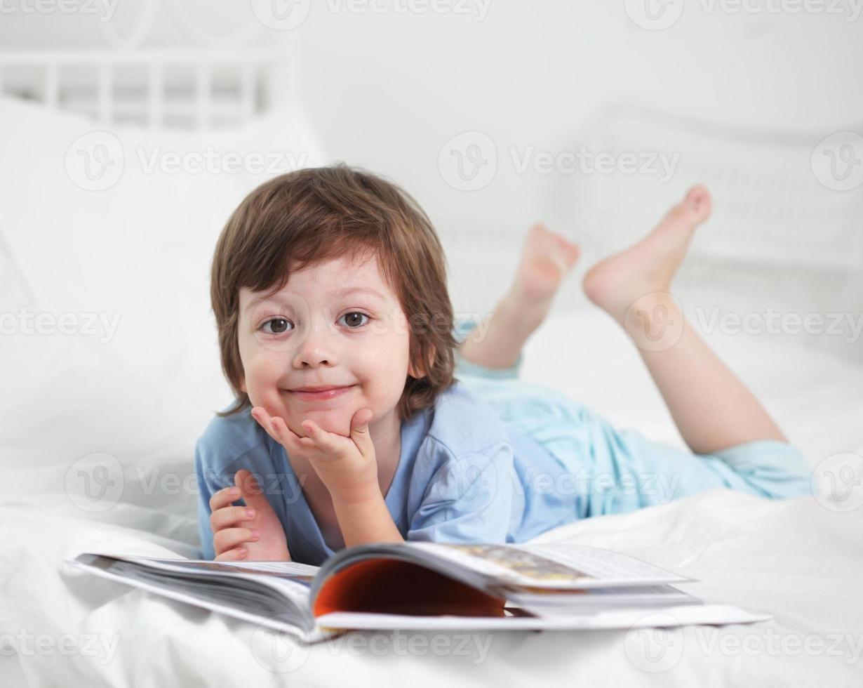 menino feliz, ler livro foto