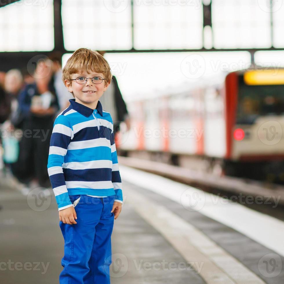 menino feliz em uma estação de metrô. foto