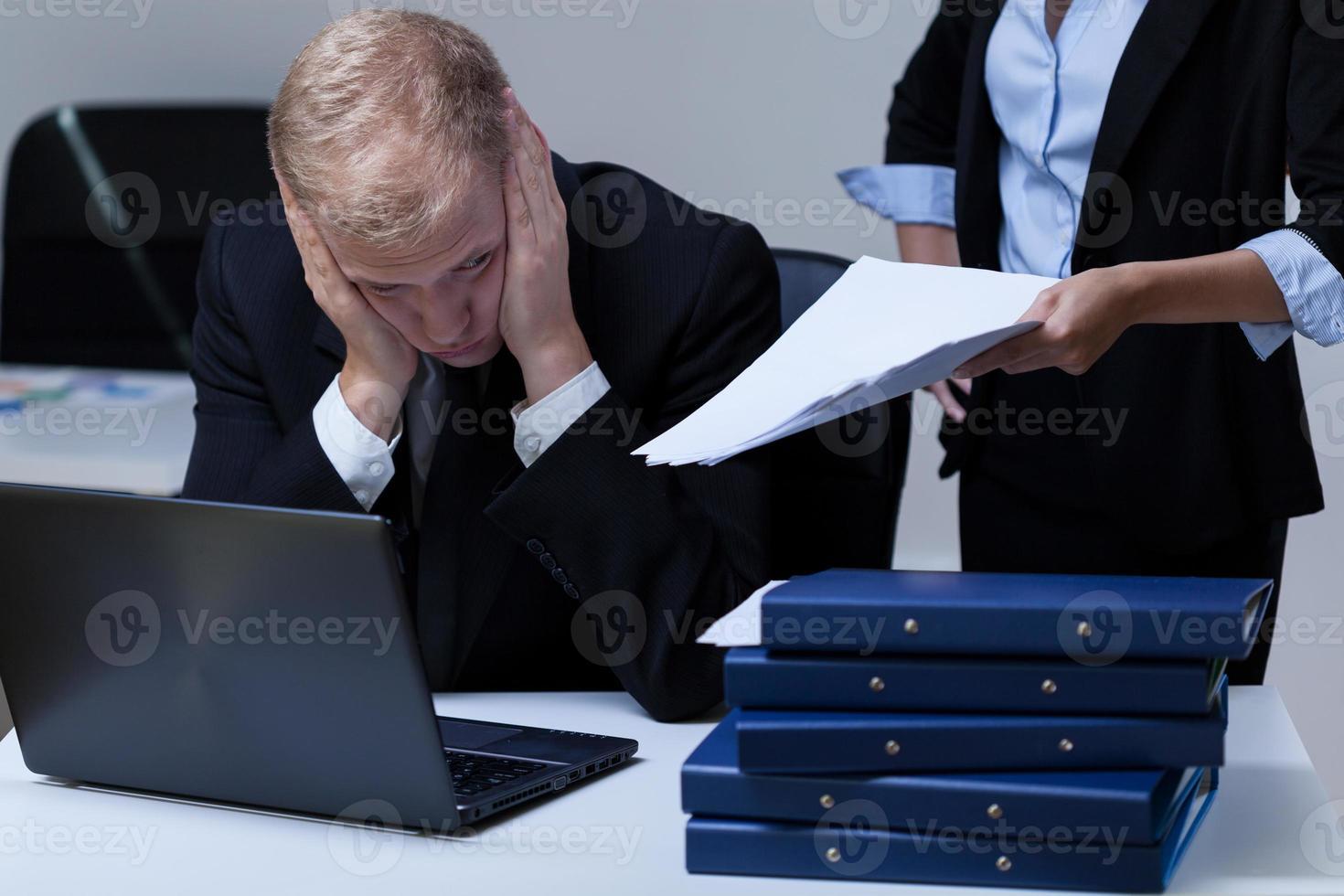 empregado e seu chefe exigente foto