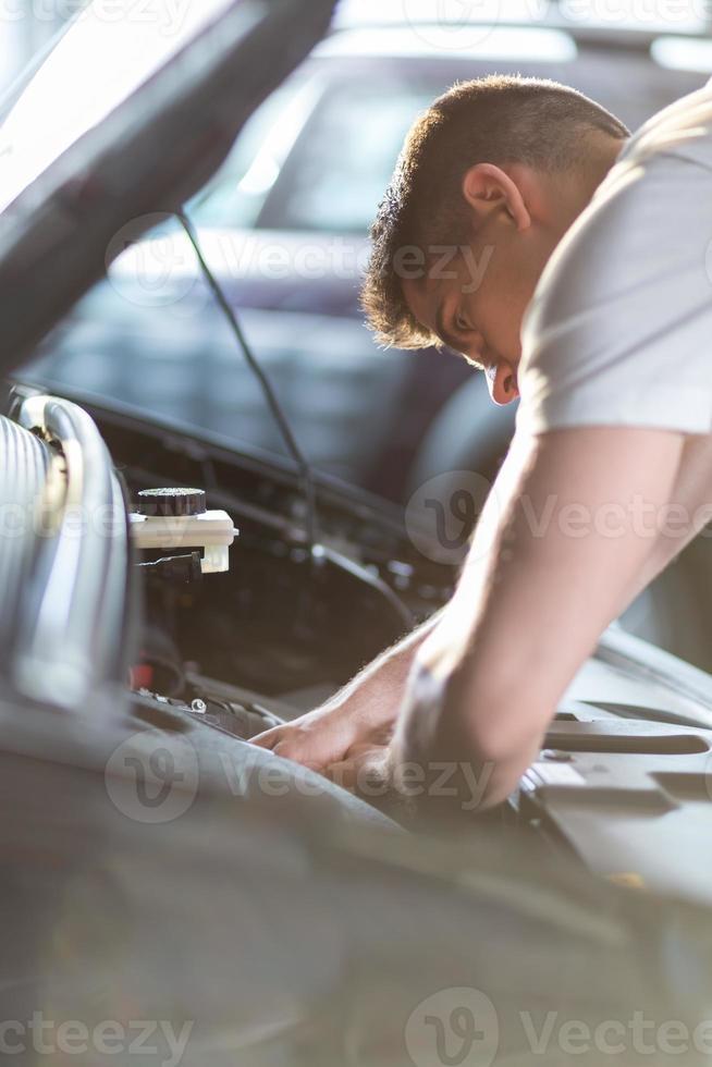 mecânico de automóveis, reparando um carro foto