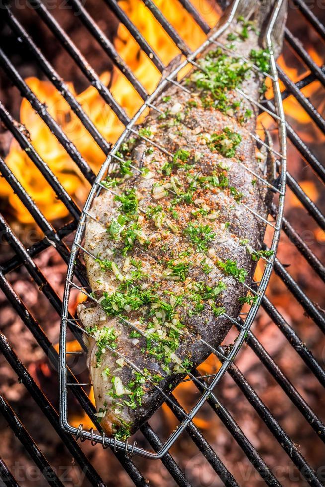 peixe assado em chamas foto