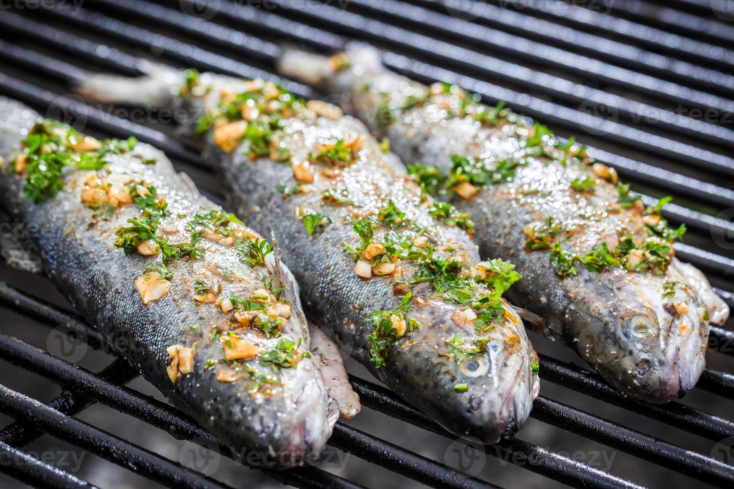 peixe grelhado com limão e especiarias foto