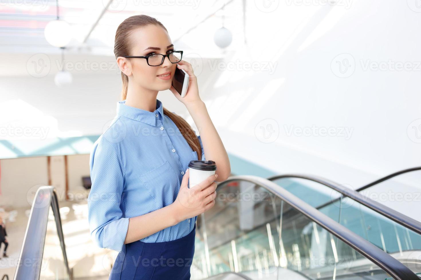 trabalhador de escritório feminino está falando ao telefone foto