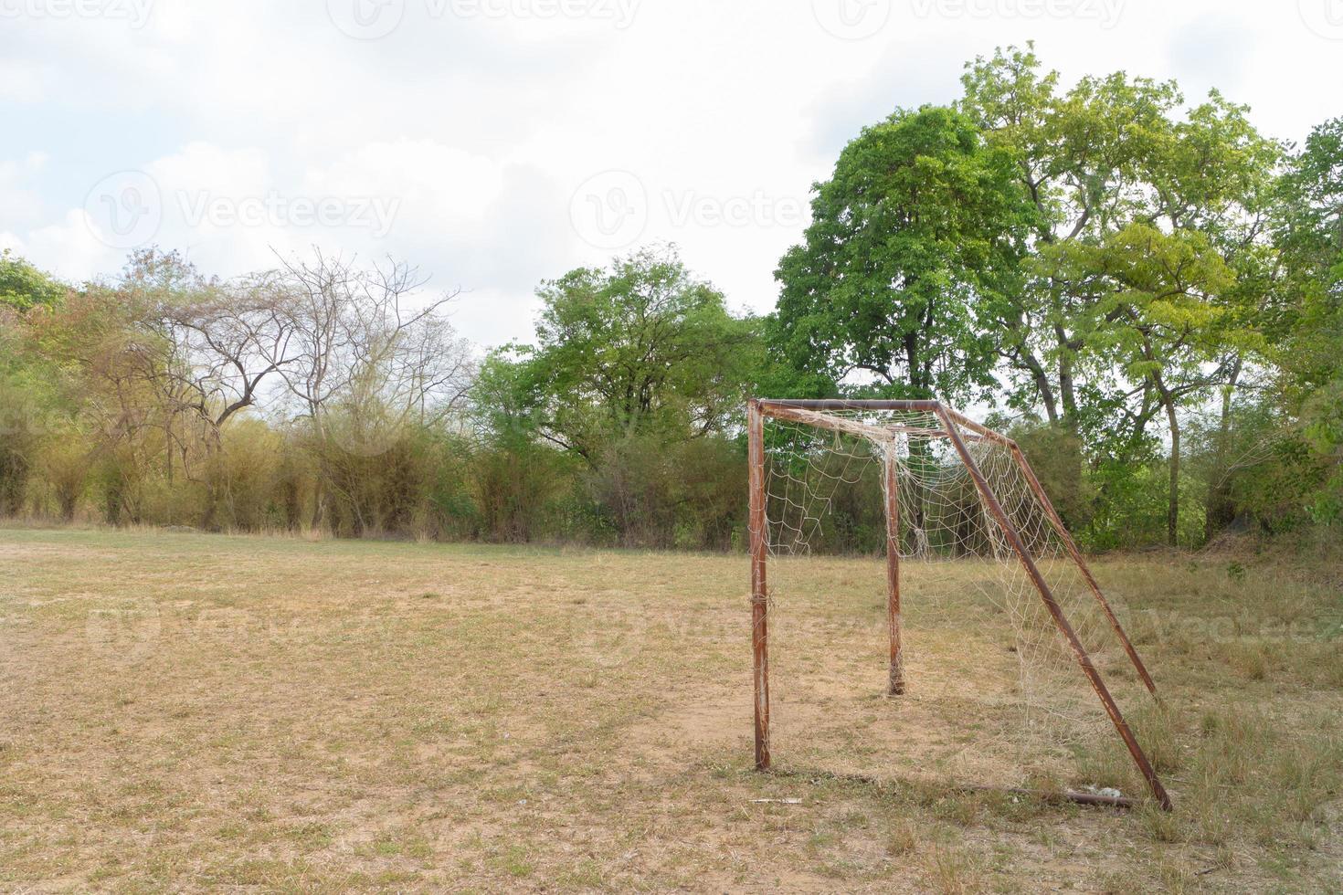 o velho gol de futebol sob a luz do sol foto