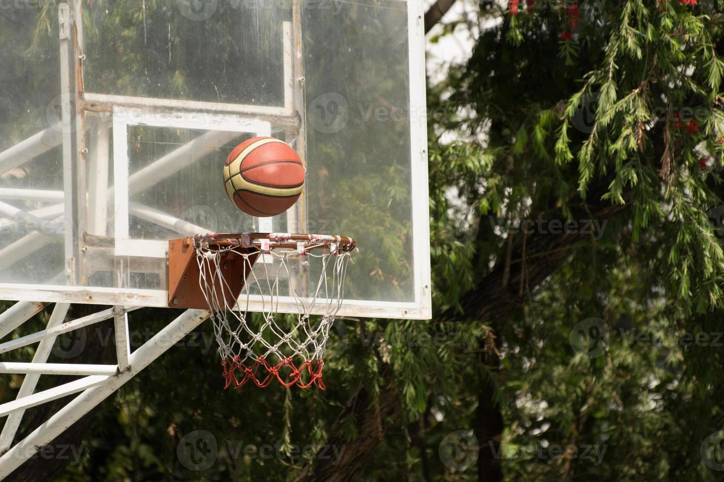 cesta de basquete com basquete foto
