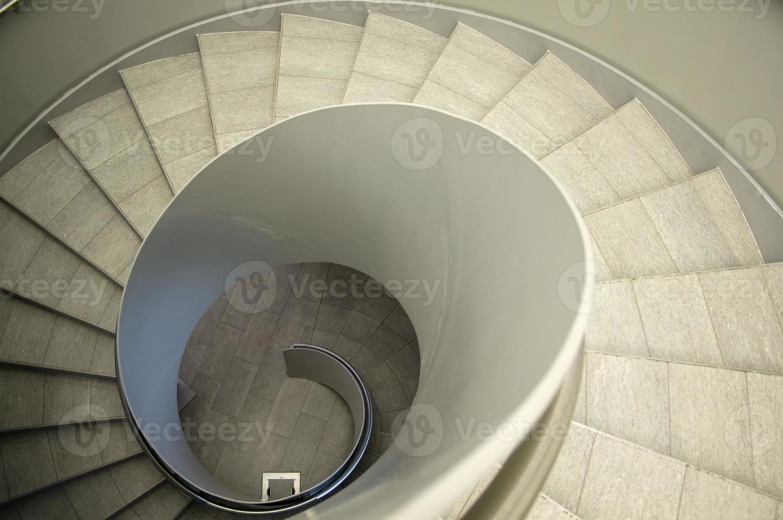olhe para baixo de uma escada em espiral foto