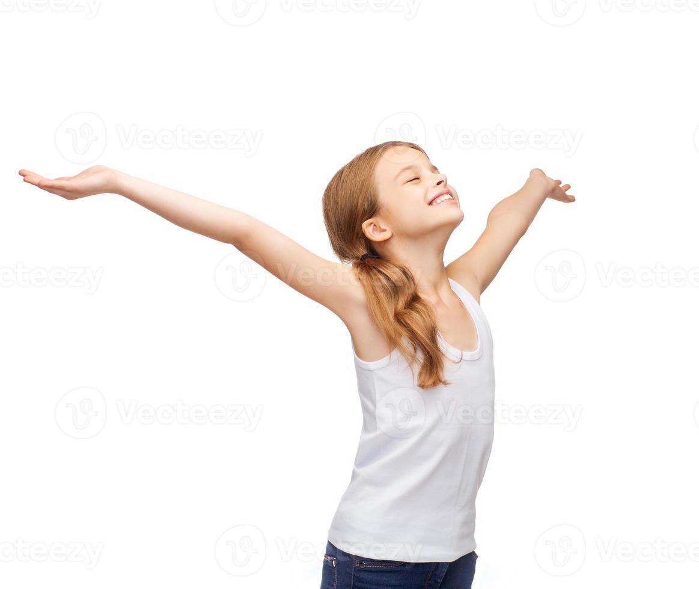 adolescente sorridente com as mãos levantadas foto
