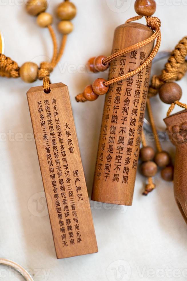 caracteres chineses de escultura em madeira foto