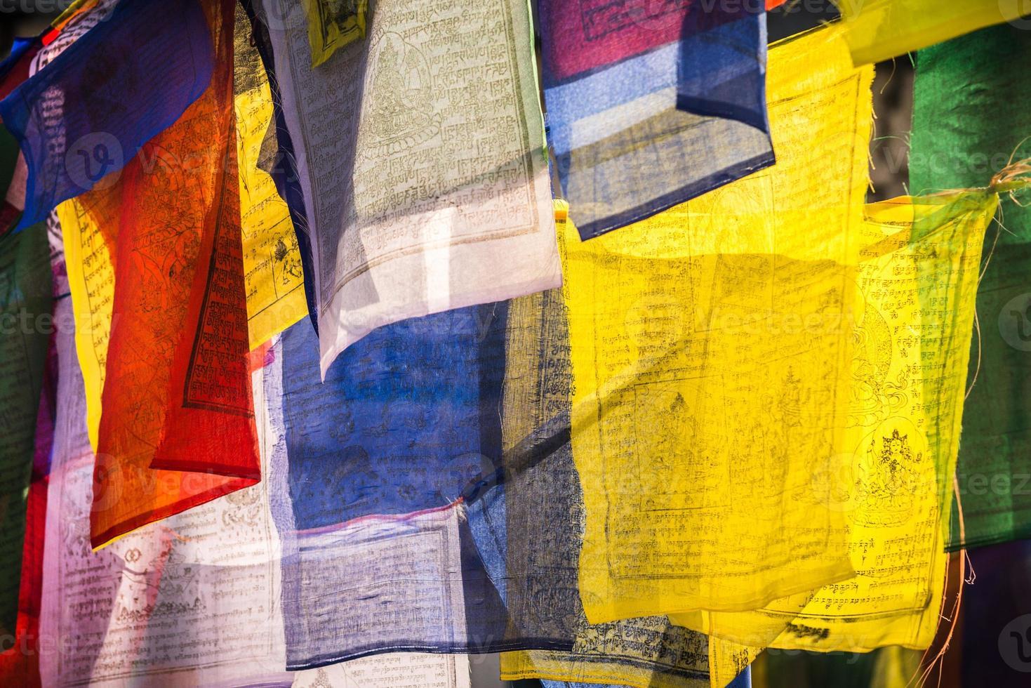 bandeiras coloridas de oração como símbolo do budismo foto