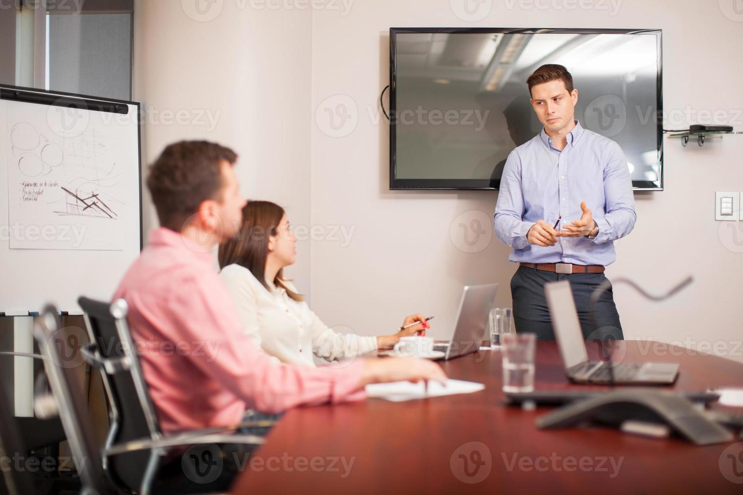 dando uma apresentação de negócios foto