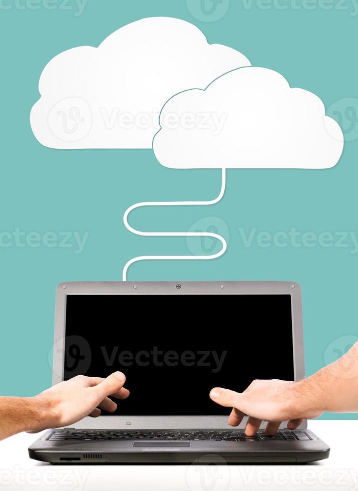 mãos masculinas estão trabalhando no laptop foto