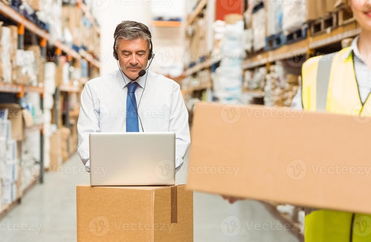 gerente de armazém, trabalhando no computador foto
