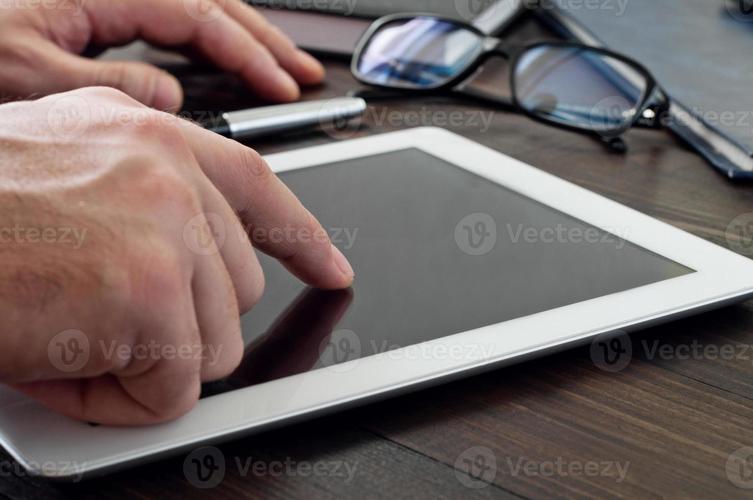 homem clica na tela do computador tablet foto