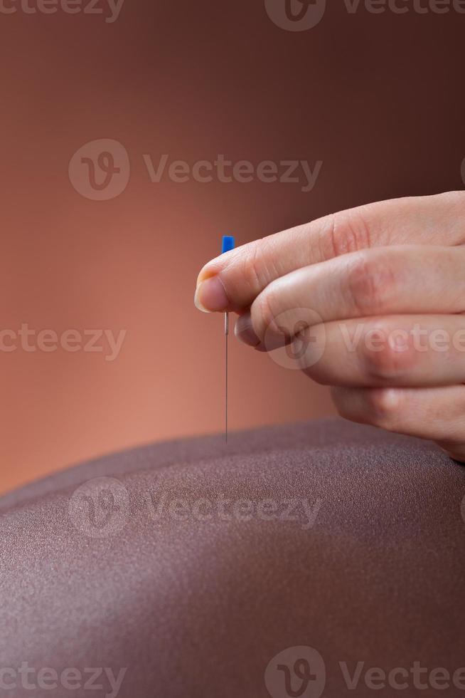 mulher recebendo tratamento de acupuntura no salão foto
