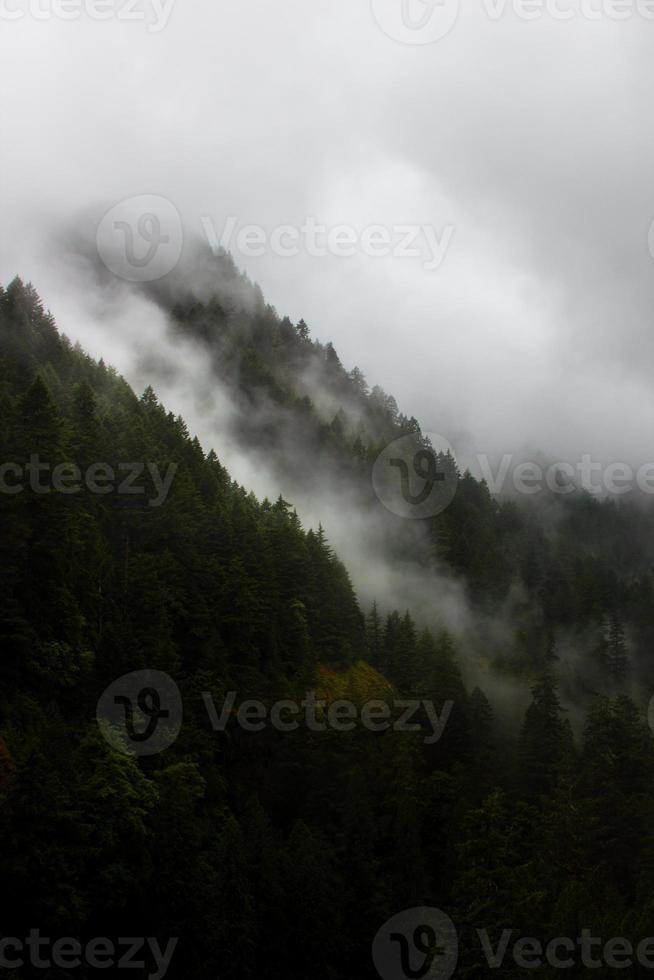 nuvens de tempestade em desfiladeiros de montanha foto